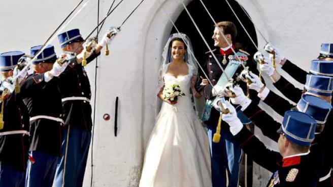 El Príncipe Joaquín de Dinamarca y la francesa Marie Cavallier tras celebrar su matrimonio en la iglesia de Mogeltonder (Dinamarca).