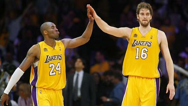 Pau Gasol y Kobe Bryant se saludan durante el partido contra los Jazz. (Mike Blake / Reuters).
