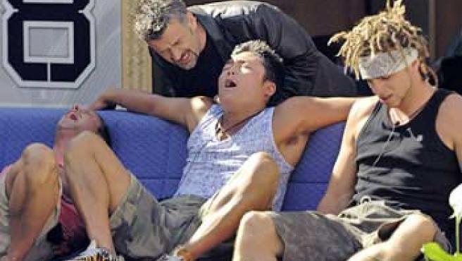 Momento en el que el hipnotizador se acerca a uno de los concursantes, que está sumido en un profundo sueño (FOTO: DT)