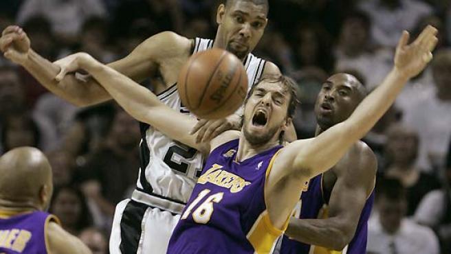 Tim Duncan ganó el duelo a Gasol. (Jessica Rinaldi / Reuters).