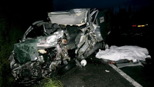 Estado en que quedó el vehículo que sufrió el viernes un accidente en el que murieron tres portugueses. (XESUS PONTE/EFE)