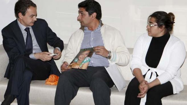 José Luis Rodríguez Zapatero (i), conversa con Juan José Cortés (c) e Irene Suárez, los padres de Mari Luz. (EFE)