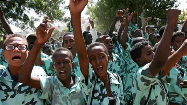 Varios niños protestan ante la embajada francesa en Sudán en una imagen de archivo (Foto: Reuters)