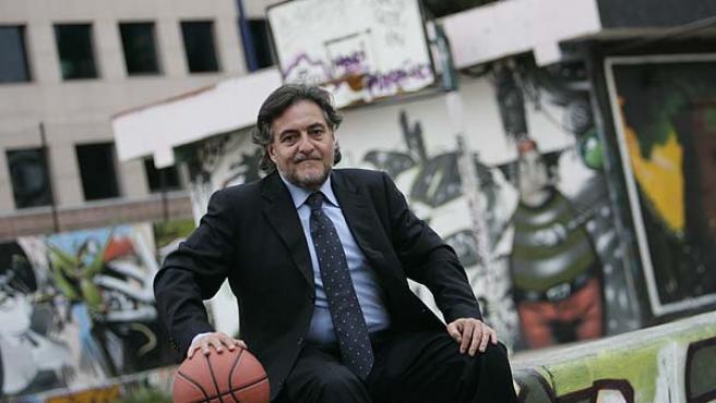 Pepu Hernández posa en una cancha de barrio cercana a la redacción de 20 minutos poco antes de la entrevista. (Jorge París)