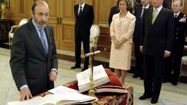 IU quería eliminar el crucifijo y la Biblia en actos de acatamiento a la Constitución. En la foto, Rubalcaba jura como ministro. (EFE)