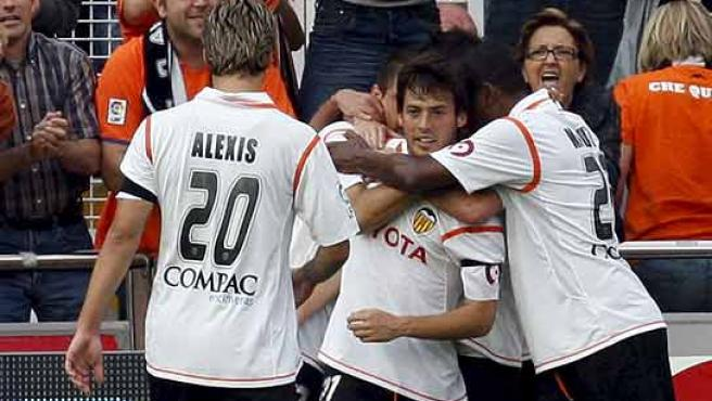Los jugadores del Valencia felicitan a David Silva por su gol. (Efe)