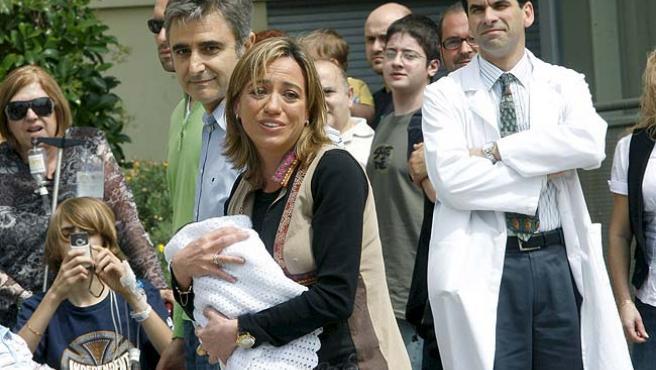 La ministra de Defensa, Carmen Chacón, y su marido, Miguel Barroso, saliendo del hospital con su hijo en brazos (ARCHIVO)