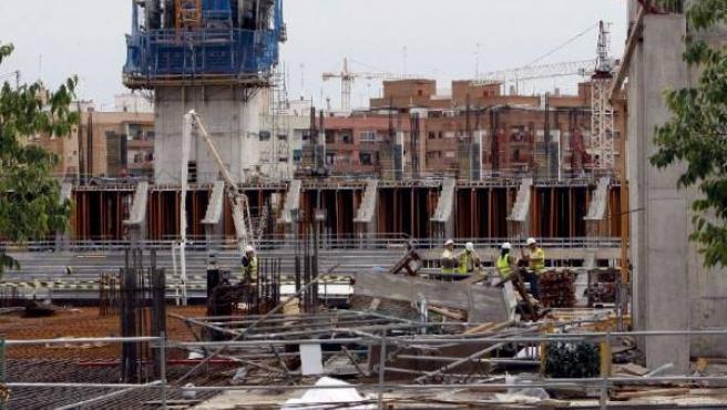 Técnicos examinan los daños producidos tras la caída del andamio. (JUAN CARLOS CÁRDENAS / EFE)