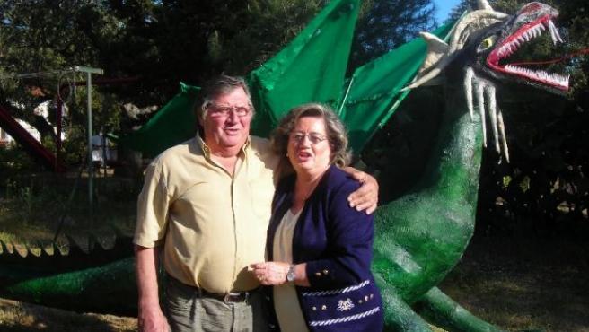 Juan Carlos con su mujer y el dragón que él ha realizado.