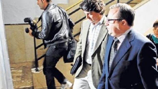 De Santos, a la izquierda, en los juzgados en compañía de su abogado Bartomeu Vidal. DIARIO DE MALLORCA /M. MASSUTÍ