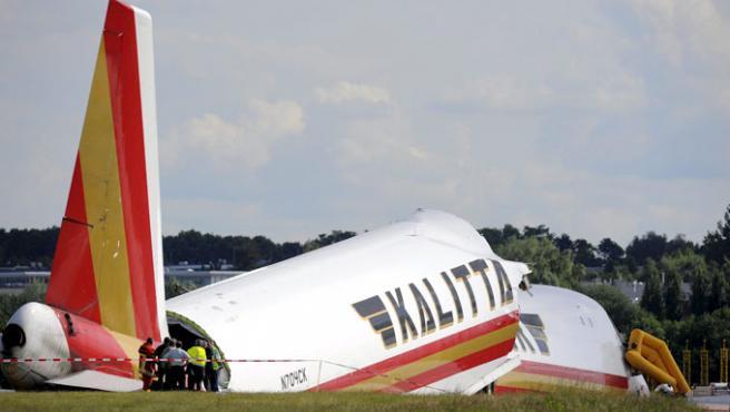 Miembros de los servicios de rescate llegan al lugar donde se estrelló el avión (Efe / Dirk Waem).
