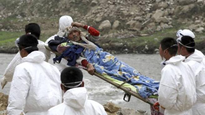 Soldados chinos trasladan a un herido por el terremoto. (REUTERS/Stringer)