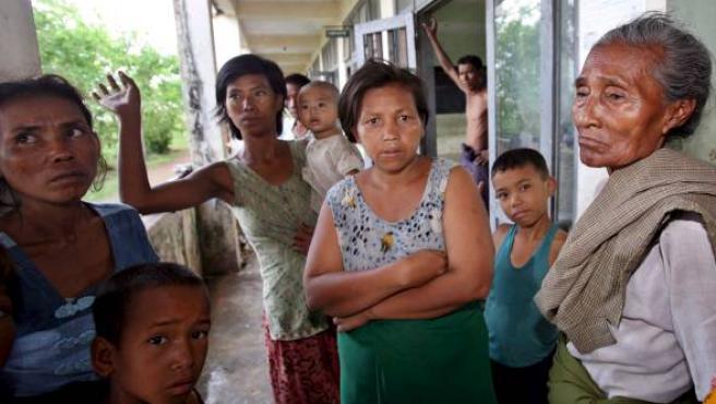 Un grupo de supervivientes del ciclón 'Nargis' vive en una escuela de Rangún. (EFE/Epa Photo)