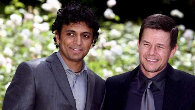 El director estadounidense M. Night Shyamalan posa para los fotógrafos junto al actor estadounidense Mark Wahlberg.