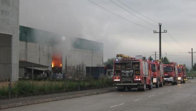 Imagen del incendio que ha afectado a una nave industrial. (ACN)