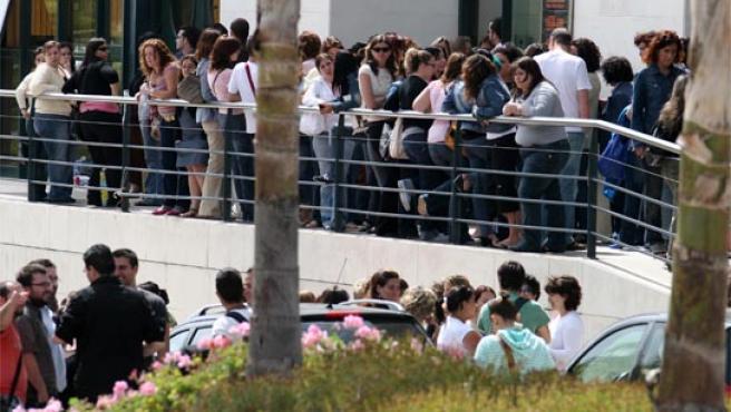 Unos 400 empleados de Eurocen, en el PTA, esperaban ayer noticias de las autoridades sanitarias.