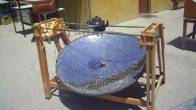 Agua puesta a calentar sobre un modelo de cocina solar. FLICKR.COM