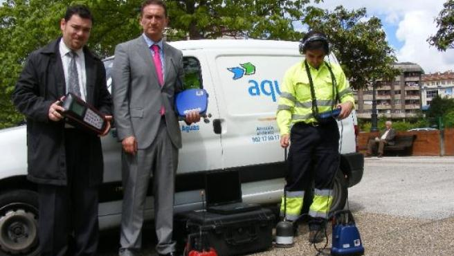 El jefe de Producción de Aqualia Oviedo, David Casado; el gerente de Aqualia Oviedo, Alfonso Tomás, y el técnico Javier Ángel Valle, con los aparatos de medición y detección de fugas.