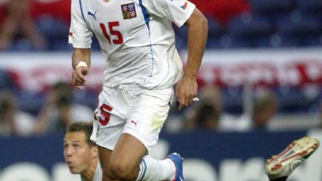 Milan Baros en un partido con la selección de la República Checa.
