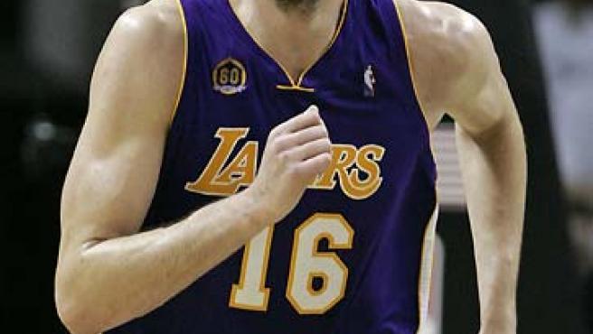 Pau Gasol jugó un gran partido en el tercer triunfo de los Lakers sobre los Spurs. (Jessica Rinaldi / Reuters).
