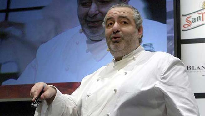 Santi Santamaría durante una presentación en la feria gastronómica y salón de la cocina Madrid Fusion 2007. (ARCHIVO)
