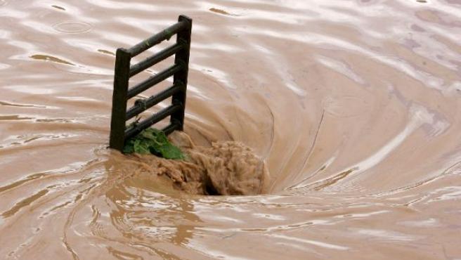 Las alcantarillas no daban abasto para tragar el agua tras la tromba caída en quince minutos en Logroño. (EFE)