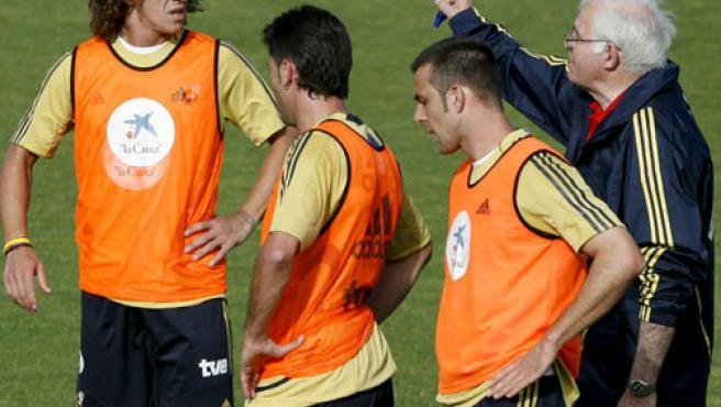 (De izq. a dcha.) Carlos Puyol, Joan Capdevila y Carlos Marchena, reciben instrucciones del seleccionador nacional, Luis Aragonés (dcha).