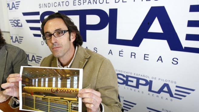 El jefe de la sección sindical de Sepla-Air Europa protesta contra una posible 'low cost' en una imagen de archivo (EFE)