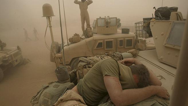 Soldados estadounidenses se protegen de una tormenta de arena en la base Dwyer, en Afganistán (AP).