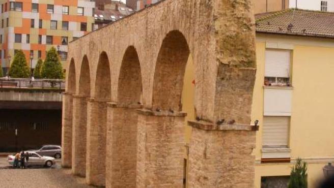 Palomas posadas en el Acueducto del Pilares.