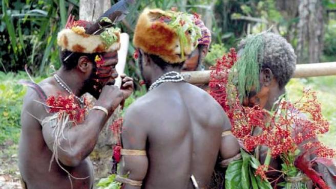 Varios miembros de la tribu indígena que nunca ha sido descubierta en Papúa-Nueva Guinea. (FOTO: EFE)