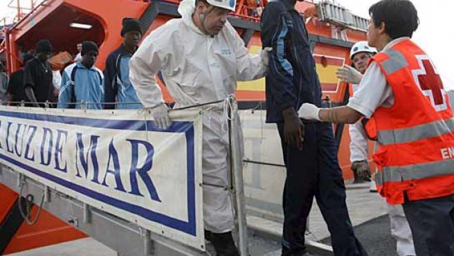 La embarcación a su llegada al muelle tinerfeño de Los Cristianos (Arona) con 54 inmigrantes a bordo. (FOTO: EFE)