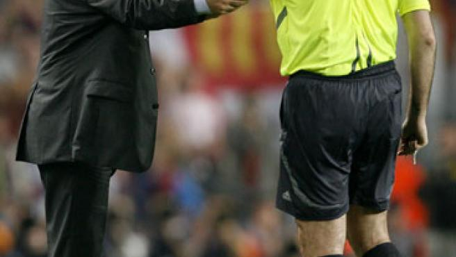 A Mourinho no le aguantó ni el árbitro. (Efe)