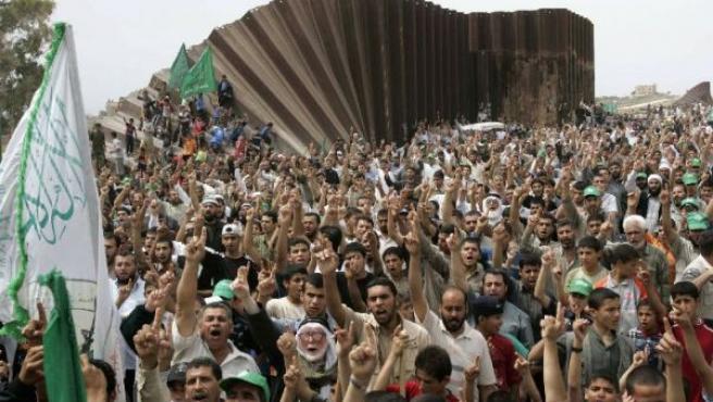 Cientos de palestinos protestan contra el bloqueo israelí en el paso de Rafah, fronterizo con Egipto (REUTERS).