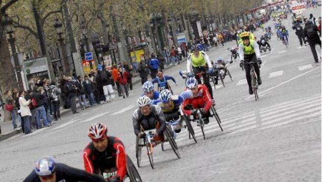 Personas en silla de ruedas toman parte en un maratón parisino. ARCHIVO