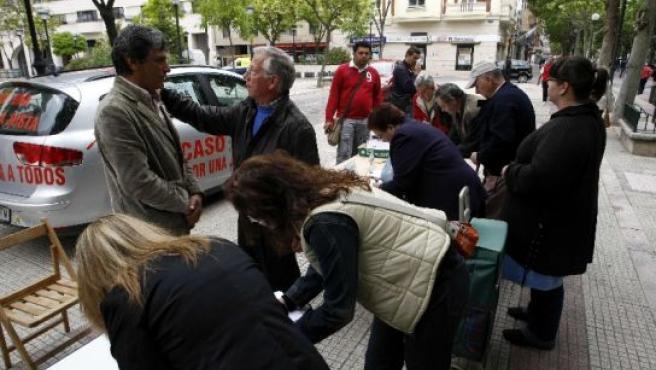 Familiares de Mari Luz recogieron firmas en la plaza Juan de Austria.
