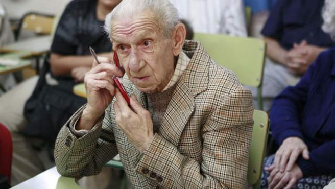 Las personas mayores y los niños, los más perjudicados si se cobran las llamadas entrantes.