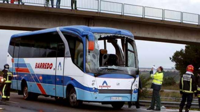 Tres personas han perdido la vida al volcar el autobús en el que viajaban en la autopista AP-68 (Zaragoza).
