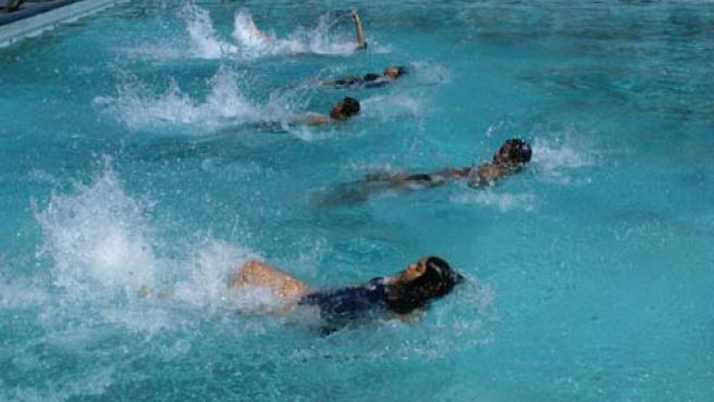 Un grupo de niños hace natación en verano. ARCHIVO/20MINUTOS
