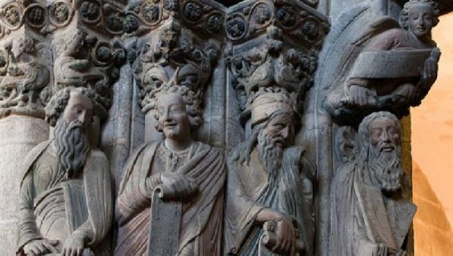 Detalle de varias de las figuras que decoran el Pórtico de la Gloria de la catedral de Santiago. FLICKR.COM