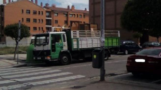 Un vehículo del Ayuntamiento mal aparcado.