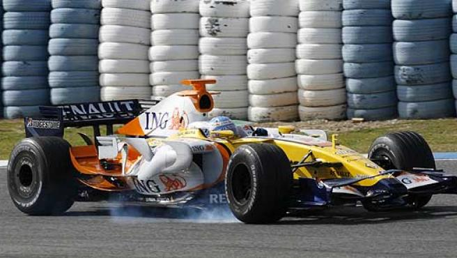 El Renault de Fernando Alonso bloquea las ruedas en una frenada.