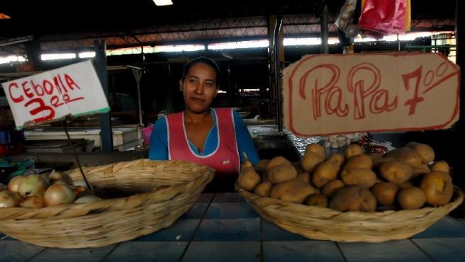 Una mujer, en su puesto del mercado Oriental de Managua (Nicaragua).