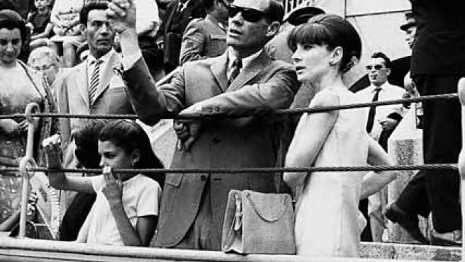 Mel Ferrer con Audrey Hepburn, en una corrida de la Feria de Málaga, durante una de sus visitas a España en 1964. (EFE)
