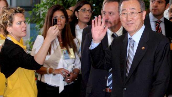 El secretario general de la ONU, Ban Ki-Moon (d), saluda a su llegada a la tercer jornada de la cumbre de la FAO. (EFE)