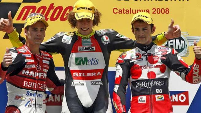El piloto italiano de Gilera, Marco Simoncelli (c), se impuso hoy en la carrera de 250 cc del GP de Cataluña de motociclismo por delante de los españoles de Aprilia, Álvaro Bautista (i) y Héctor Barberá (d). (EFE)