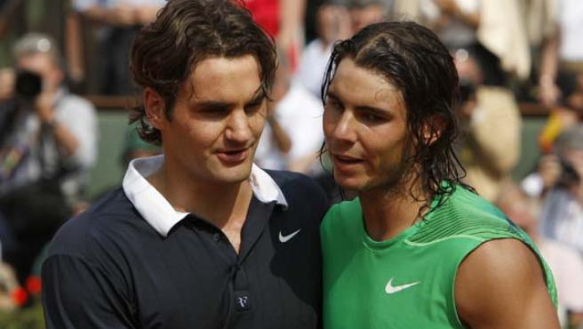 Rafa Nadal y Roger Federer, conversando. (EFE)