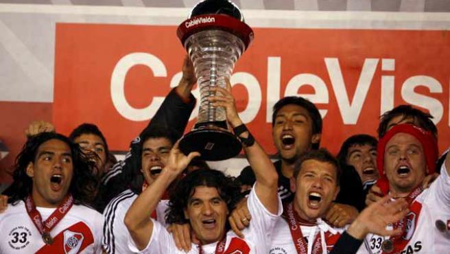 Los jugadores de River, con el Burrito Ortega a la cabeza, levantan el trofeo de campeón.