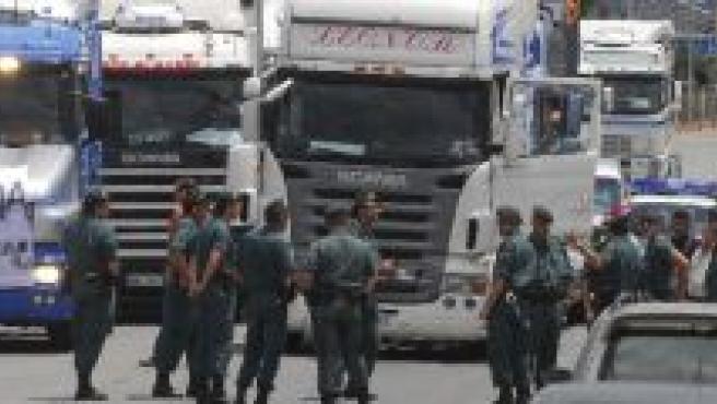 La Guardia Civil controla la salida de los camioneros en Mercagranada.