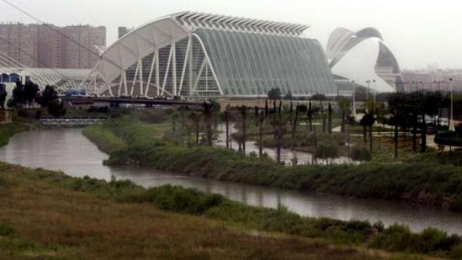 Vista general de la Ciudad de las Artes y de las Ciencias de Valencia bajo la lluvia. (KAI FÖRSTERLING/EFE)
